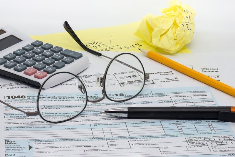 La tarea desagradecida, de frustraci?n y de presi?n de preparar la declaraci?n de impuestos anual imágenes de archivo libres de regalías