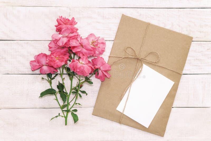 La tarjeta de felicitación blanca en blanco con marrón envuelve en papel del arte y imágenes de archivo libres de regalías