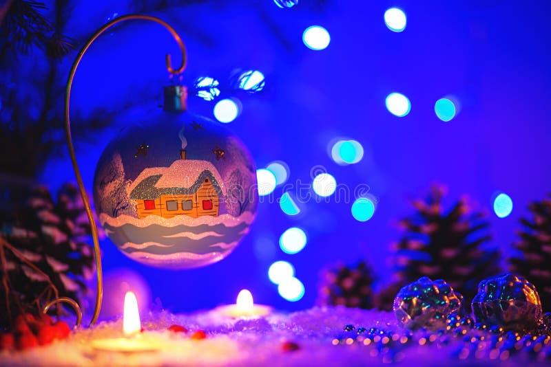 La tarjeta de felicitación de la Navidad con el juguete de Navidad y el invierno ajardinan en él fotos de archivo libres de regalías