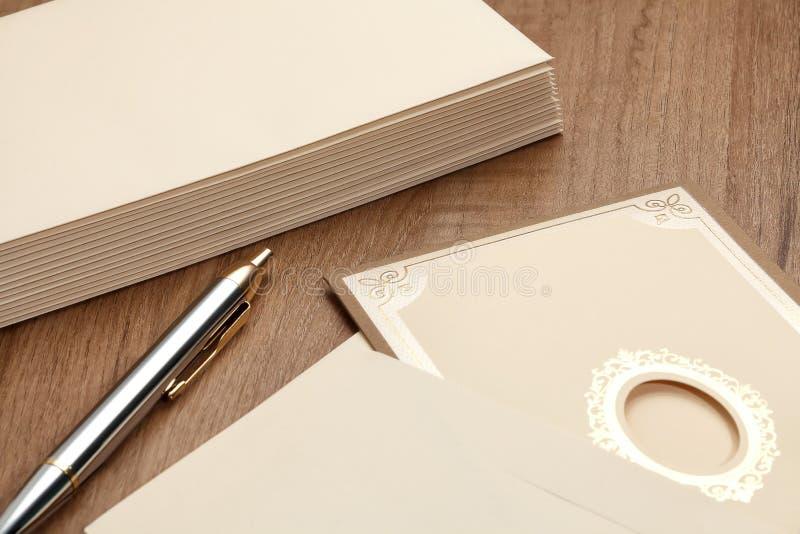 La tarjeta de la invitación y envuelve foto de archivo