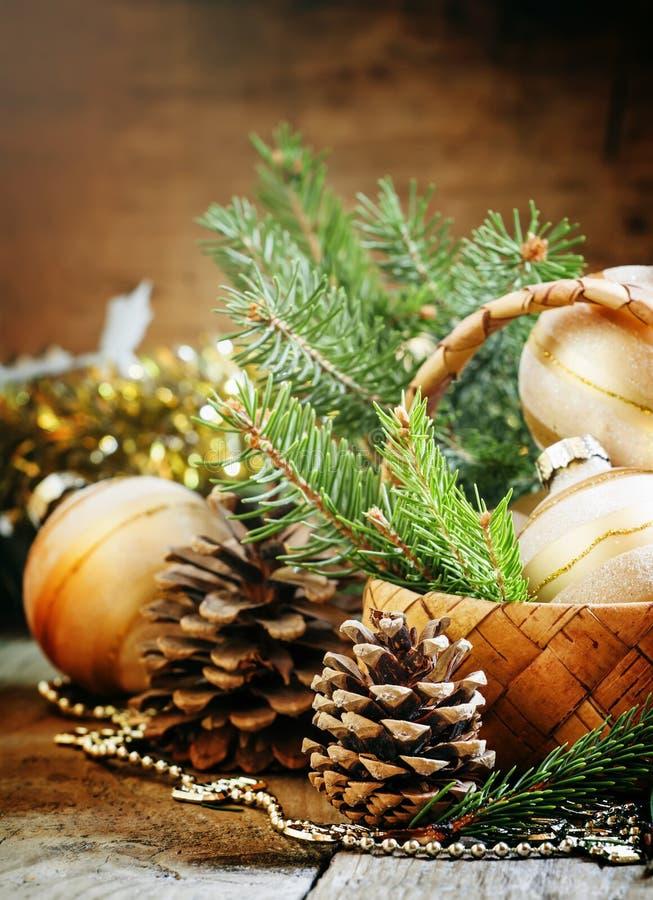La tarjeta de Navidad de la Navidad con el abeto ramifica, bal de oro de la Navidad foto de archivo