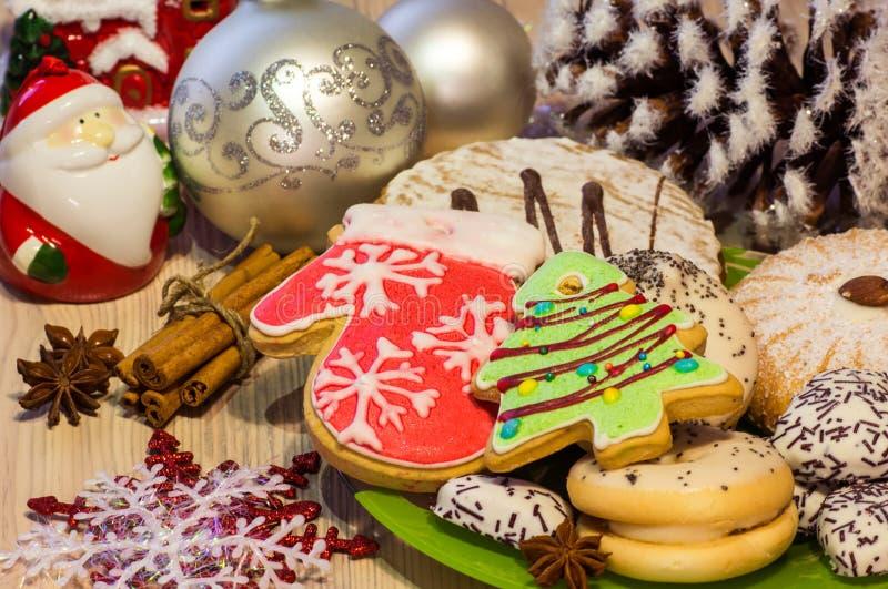 La tarjeta de Navidad con las galletas bajo la forma de árbol de navidad y manoplas del invierno, tortas, anís, canela, la Navida imagen de archivo libre de regalías