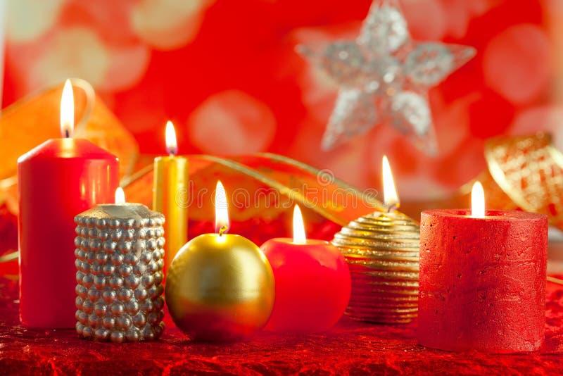 La tarjeta de Navidad mira al trasluz rojo y de oro en una fila fotografía de archivo libre de regalías