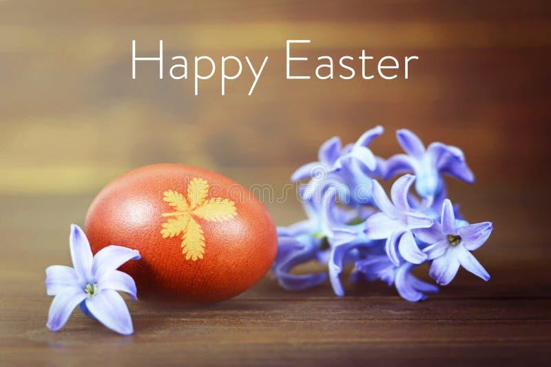 La tarjeta de pascua feliz con el huevo y la primavera de Pascua florece Huevo de Pascua coloreado con la cebolla foto de archivo
