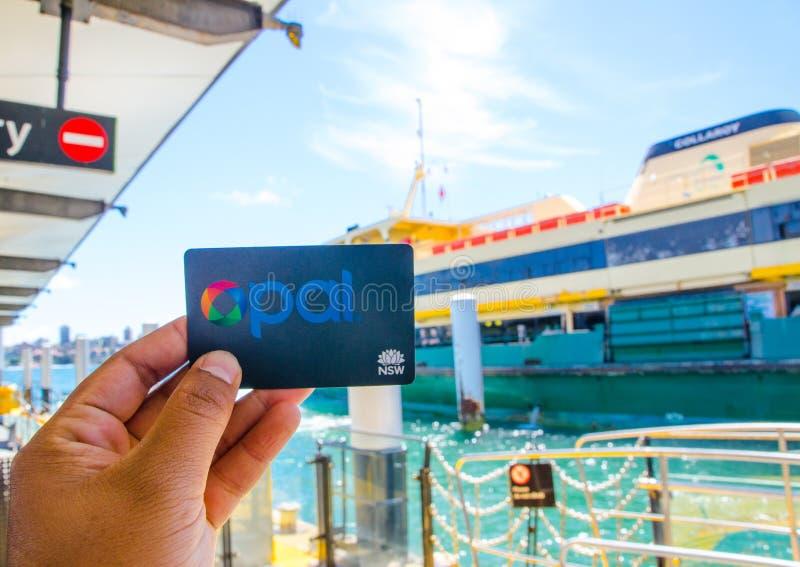 La tarjeta del ópalo es un sistema de venta de entradas sin contacto de la tarjeta inteligente para los servicios de transporte p imágenes de archivo libres de regalías