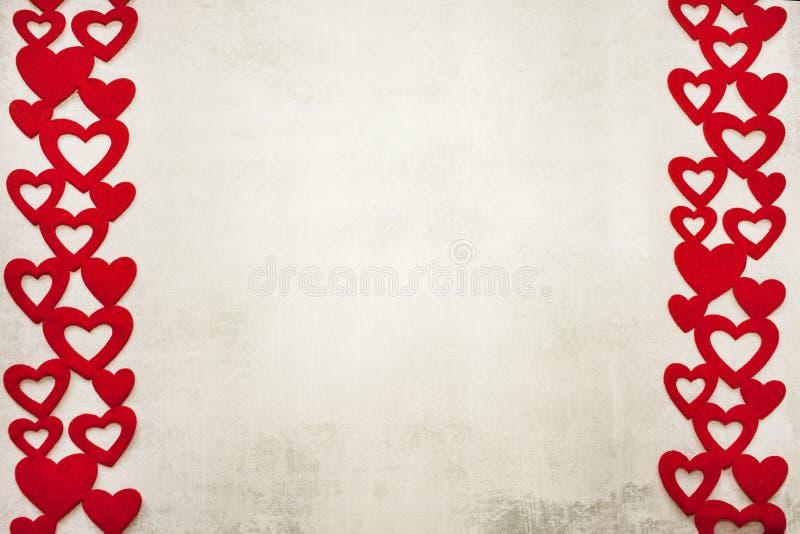 La tarjeta del día de San Valentín día 14 de febrero es un fondo gris claro minimalistic elegante del cemento con un marco de cor foto de archivo libre de regalías