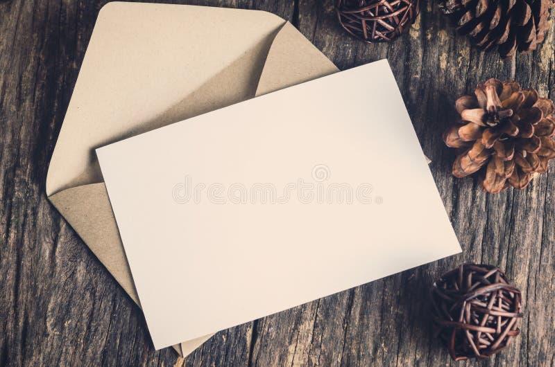 La tarjeta en blanco del Libro Blanco con marrón envuelve imágenes de archivo libres de regalías