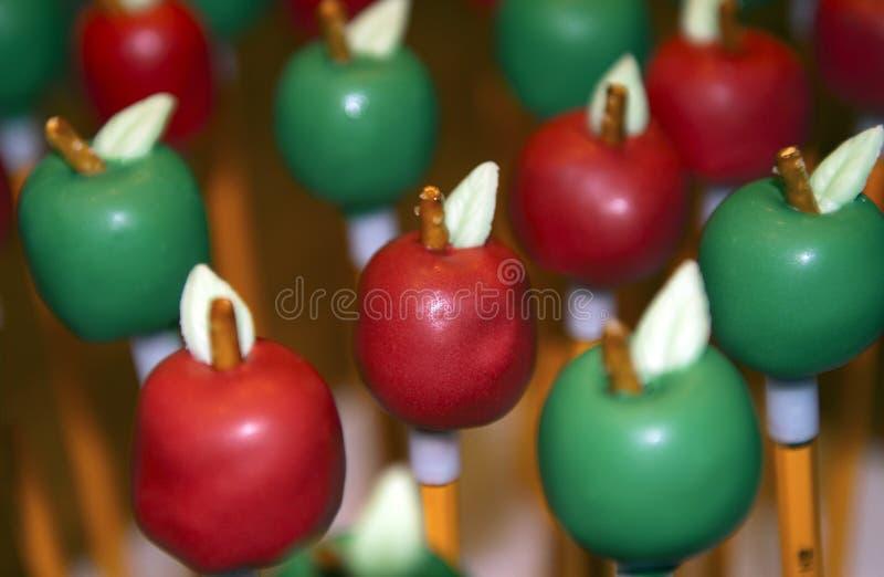 La tarta de manzanas hace estallar en los lápices fotografía de archivo libre de regalías