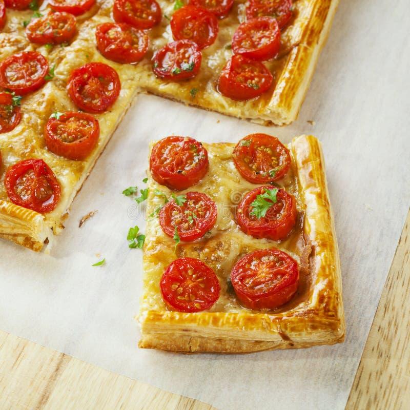 La tarta de la pasta de hojaldre del tomate coció fotos de archivo libres de regalías