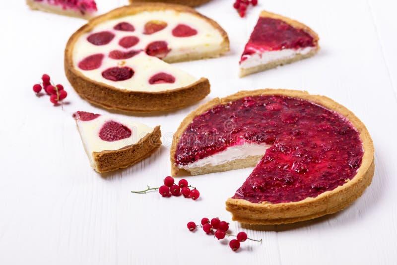 La tarta hecha en casa sabrosa de la empanada de las bayas de la empanada de Beries con las fresas y la tarta poner crema azotada imagen de archivo libre de regalías