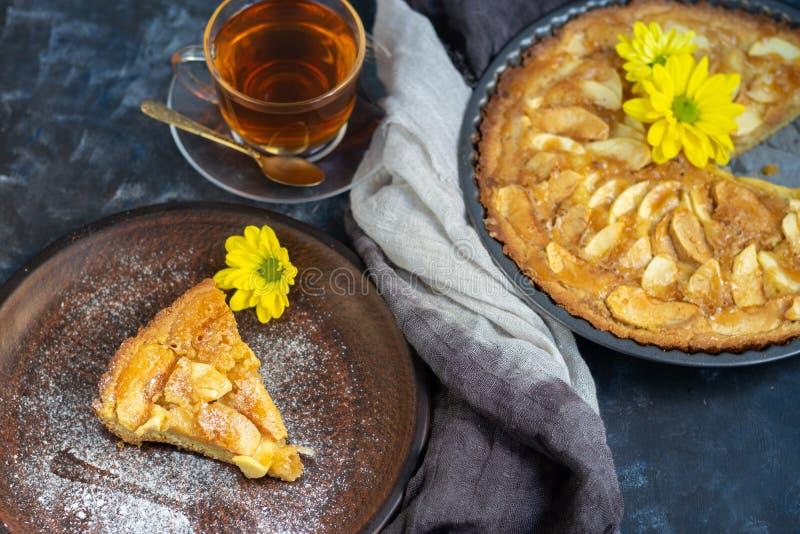 La tarte aux pommes de Charlotte en forme ronde, décorée de tranches de pommes chargées de ventilateur photographie stock