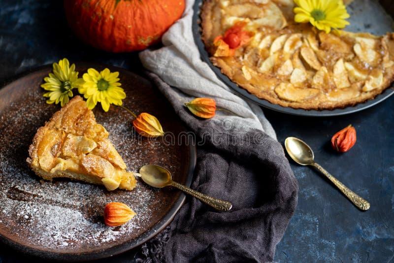 La tarte aux pommes de Charlotte en forme ronde, décorée de tranches de pommes chargées de ventilateur image libre de droits