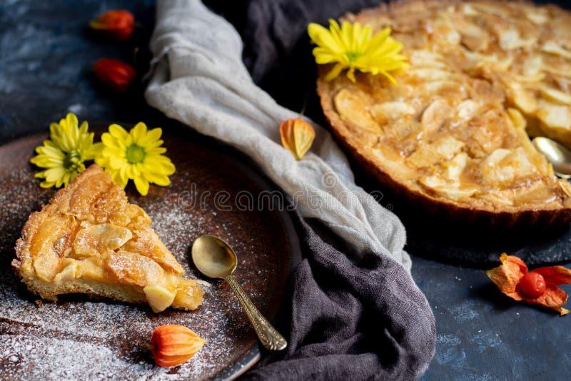 La tarte aux pommes de Charlotte en forme ronde, décorée de tranches de pommes chargées de ventilateur photo stock