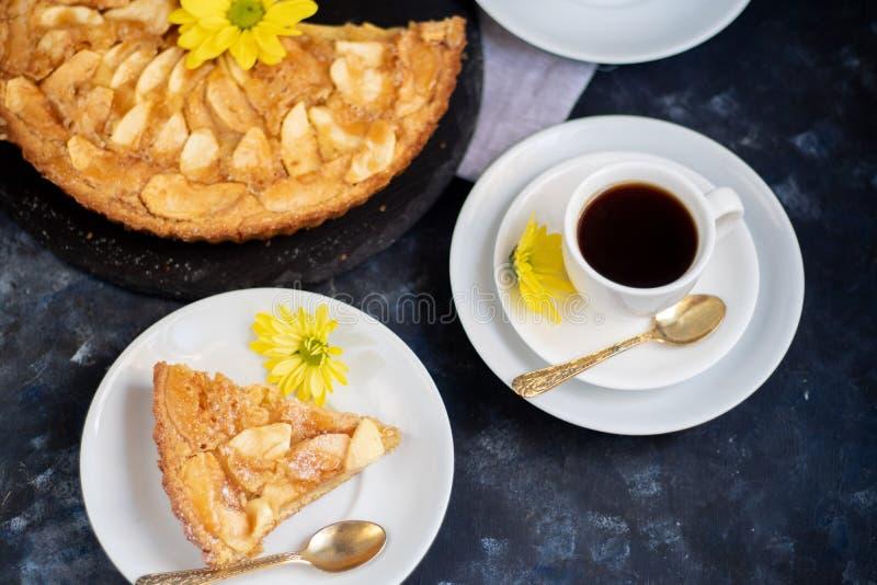 La tarte aux pommes de Charlotte en forme ronde, décorée de tranches de pommes chargées de ventilateur photo libre de droits