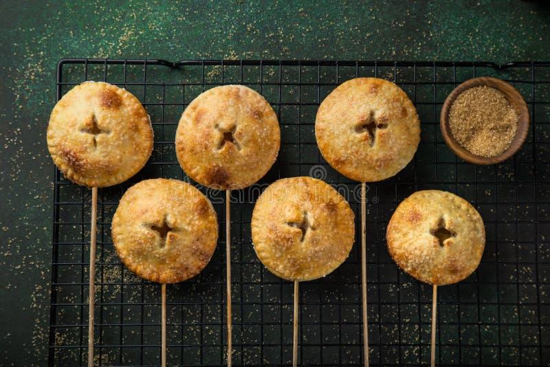 La tarte aux pommes saute sur le fond vert-foncé photographie stock libre de droits