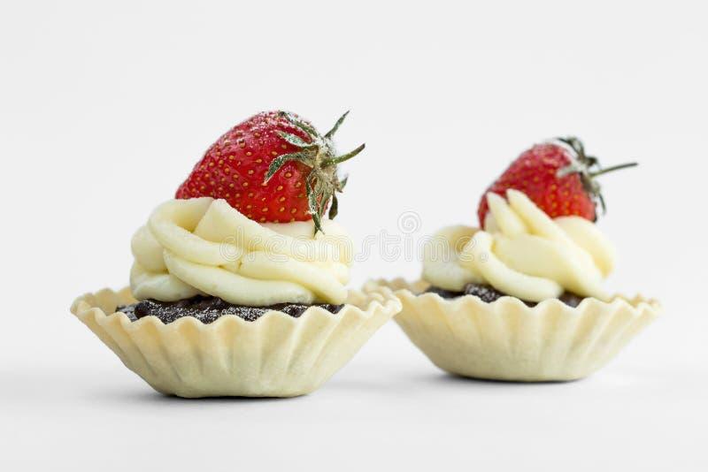 La tartelette de deux chocolats a complété avec strowberry sur le fond blanc image libre de droits