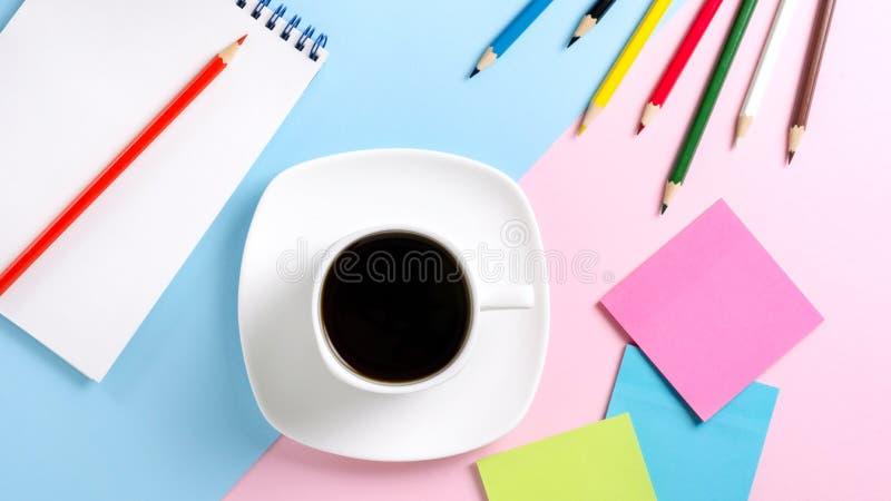 La tasse blanche avec du café noir sur une soucoupe, couleur crayonne, des autocollants images stock