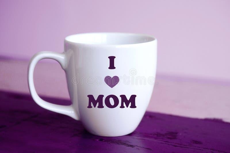 La tasse blanche avec les mots I aiment la maman photo libre de droits