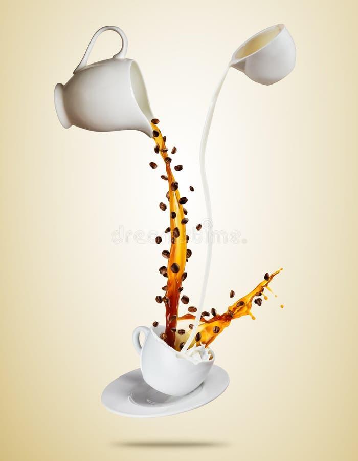 La tasse blanche de Porcelaine avec éclabousser le liquide de café et de lait a séparé sur le fond brun images libres de droits