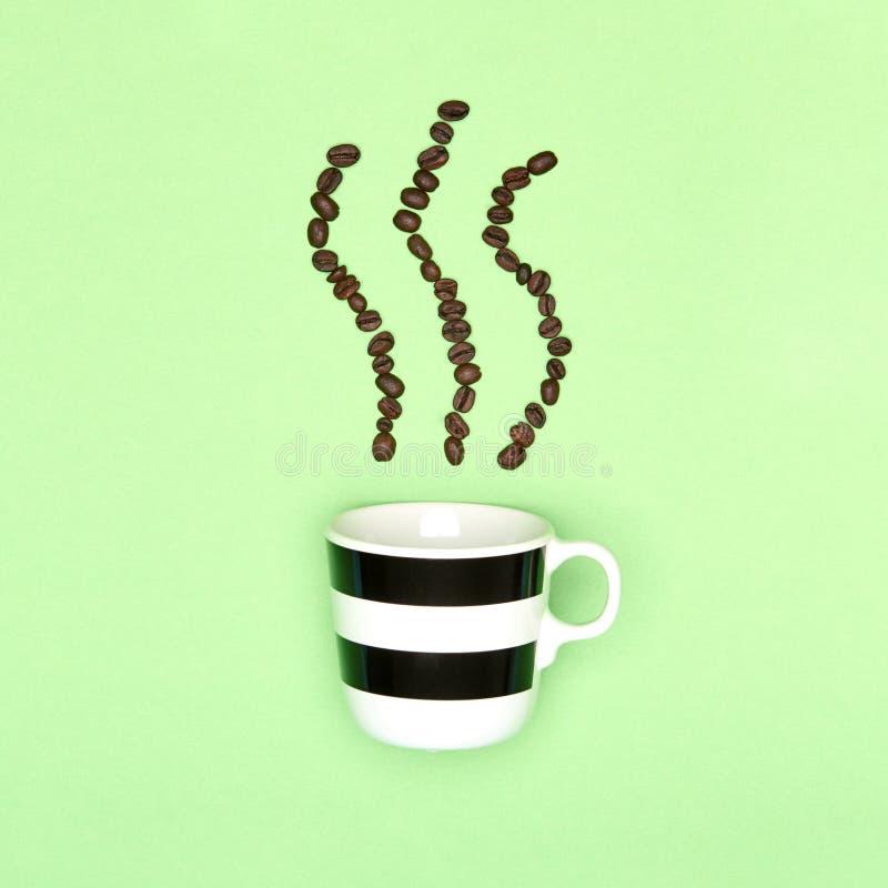 La tasse créative d'art de bruit de pastel de café a coloré le fond Tasse de café et grains de café rôtis photos stock