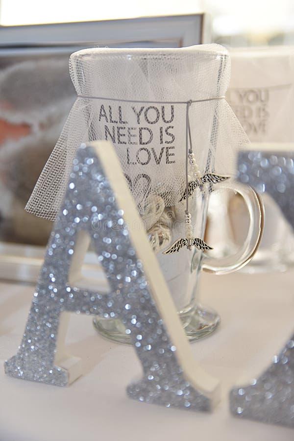La tasse décorative toute que vous avez besoin est amour image libre de droits