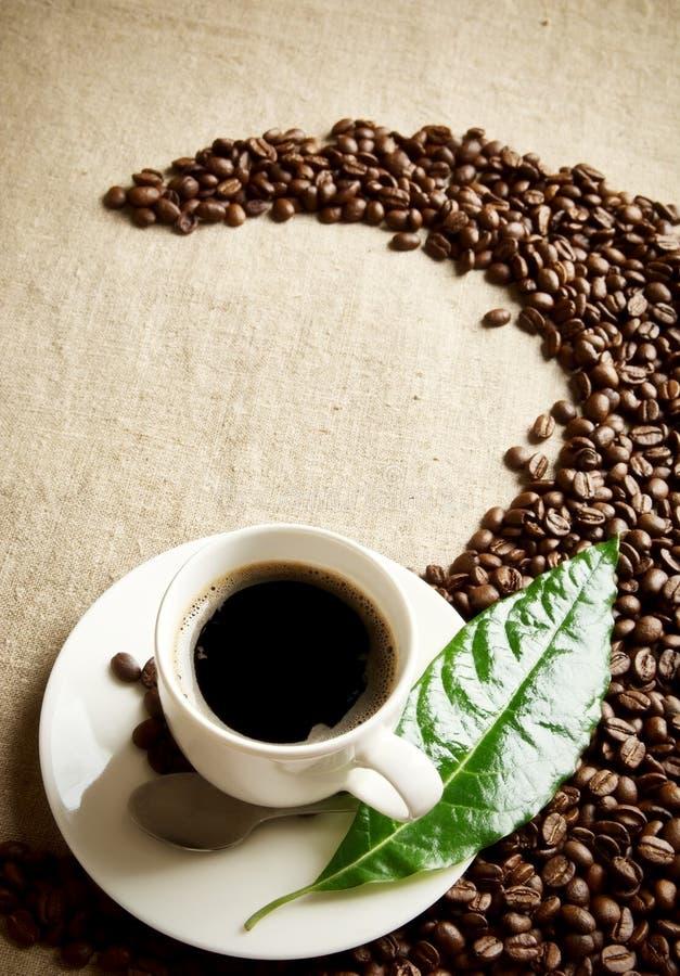 Download La Tasse De Café Avec Des Haricots A Tordu Dans Un Remous Sur Le Textile De Lin Photo stock - Image du caféine, épanouissez: 56483274