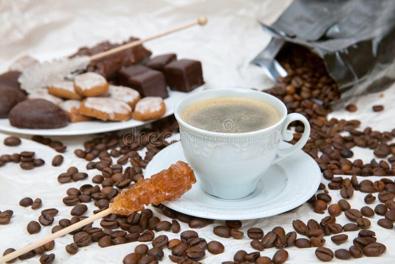 La tasse de café avec le bâton de caramel photo stock