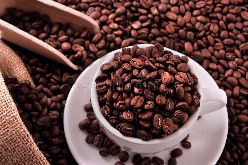 La tasse de café blanc avec des haricots renvoient et écopent la vue supérieure photographie stock