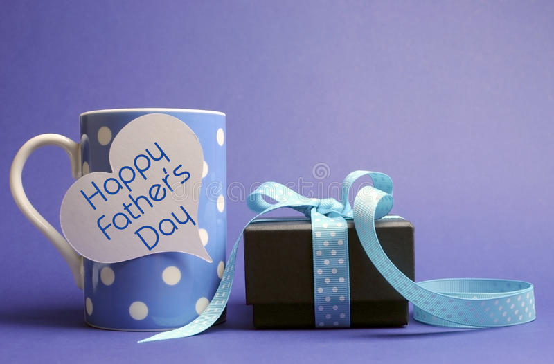 Tasse et cadeau de café bleus heureux de point de polka du jour de père image libre de droits