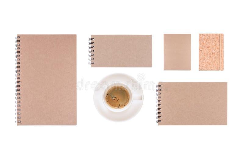 La tasse de café et le journal intime de vintage réservent sur le fond blanc image libre de droits