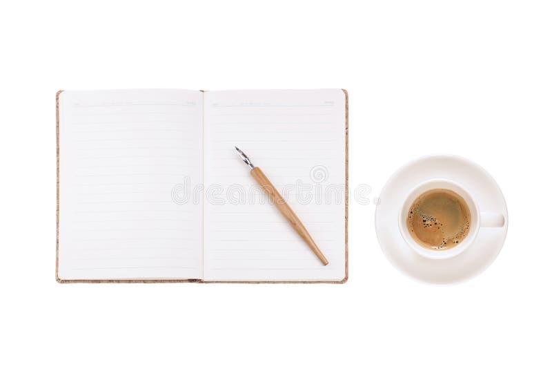 La tasse de café et le journal intime de vintage réservent sur le fond blanc, pour le writi image libre de droits