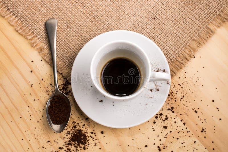 la tasse de caf a rempli de caf soluble une petite. Black Bedroom Furniture Sets. Home Design Ideas