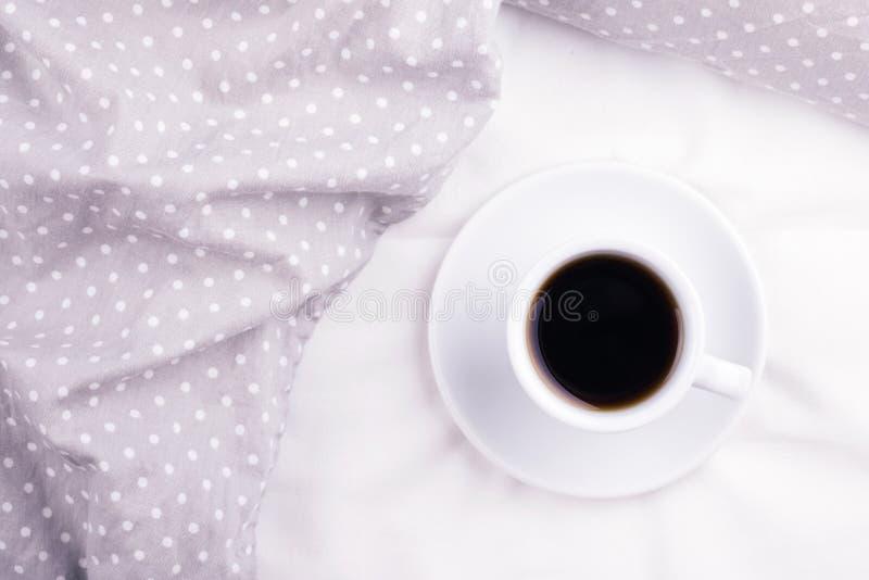 La tasse de café sur le lit photo stock