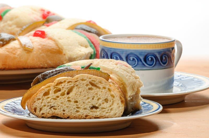 La tasse de chocolat avec Rosca de Reyes, gâteau d'épiphanie, rois durcissent photographie stock