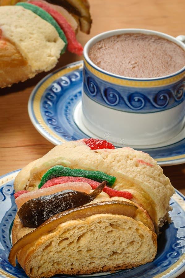 La tasse de chocolat avec Rosca de Reyes, gâteau d'épiphanie, rois durcissent images libres de droits