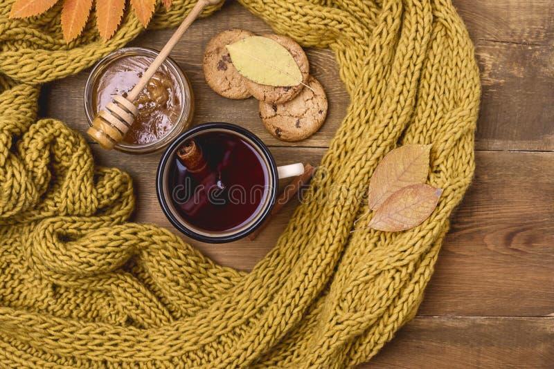 La tasse ou la tasse de Berry Tea With Yellow Warm chaud a tricoté la mer d'Autumn Cold de configuration d'appartement de vue sup photographie stock libre de droits
