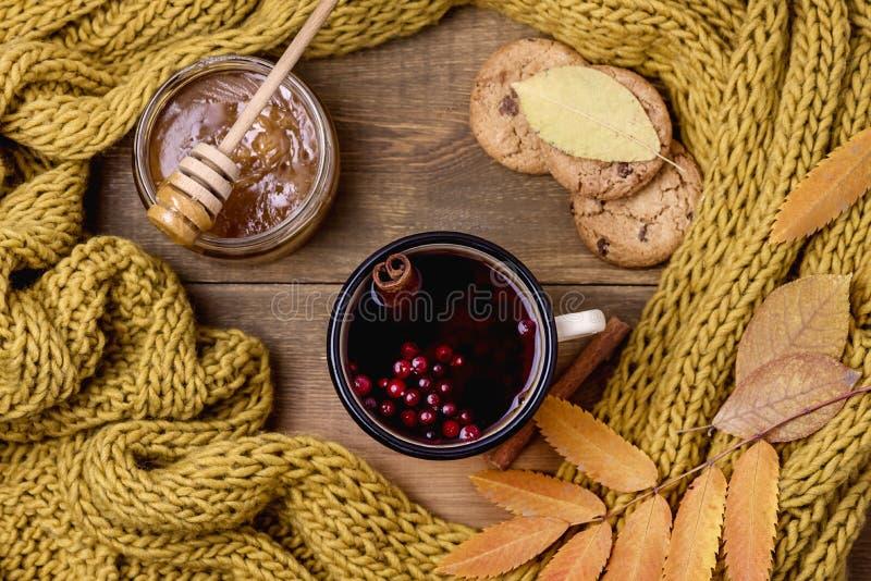 La tasse ou la tasse de Berry Tea With Yellow Warm chaud a tricoté la mer d'Autumn Cold de configuration d'appartement de vue sup photographie stock