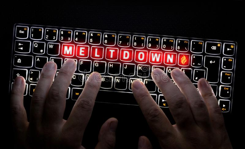 La tastiera del virus di fusione è azionata dal pirata informatico fotografie stock libere da diritti