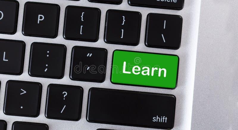 La tastiera di computer con testo impara sulla chiave verde immagini stock libere da diritti