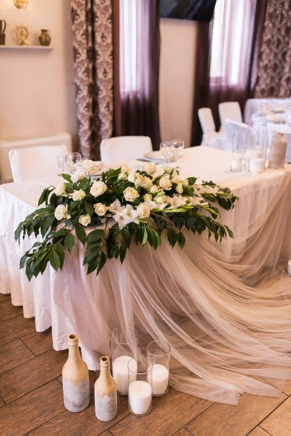La tavola di banchetto servita di nozze nel ristorante ha decorato il materiale bianco, i fiori bianchi e la pianta Tavola delle  fotografia stock