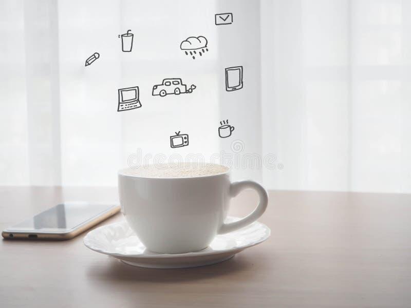 La tavola di legno con la tazza di caffè di cappuccino con lo smartphone, la compressa, telefono cellulare con bianco confuso cop immagine stock libera da diritti