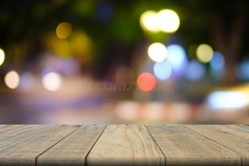 La tavola di legno vuota di marrone ha offuscato il fondo del bokeh, derisione su fotografia stock libera da diritti