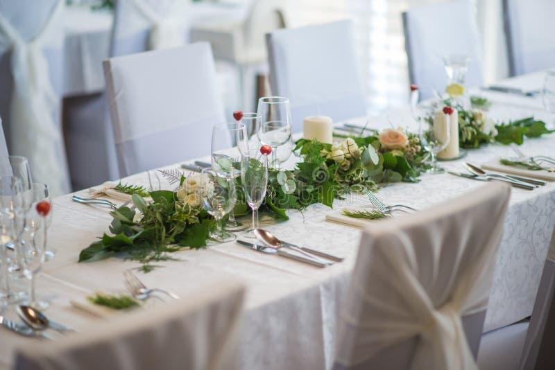 La tavola di nozze con la disposizione floreale esclusiva ha preparato per il centro di ricezione, di nozze o di evento nello sti fotografia stock libera da diritti