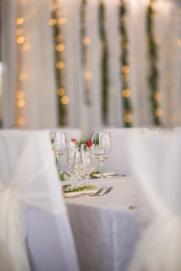 La tavola di nozze con la disposizione floreale esclusiva ha preparato per il centro di ricezione, di nozze o di evento nello sti fotografia stock