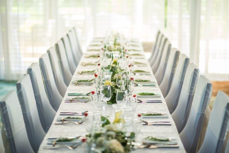 La tavola di nozze con la disposizione floreale esclusiva ha preparato per il centro di ricezione, di nozze o di evento nello sti fotografie stock