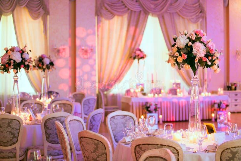 La tavola di nozze fiorisce la decorazione Decorazione di cerimonia nuziale fotografia stock libera da diritti