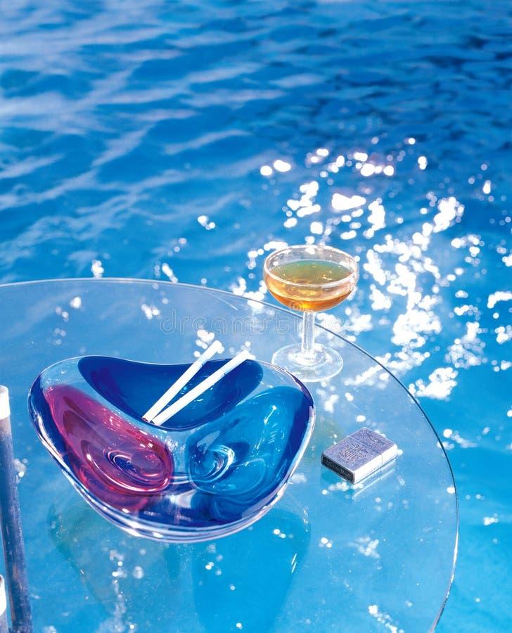 La tavola di vetro e della piscina fotografia stock libera da diritti