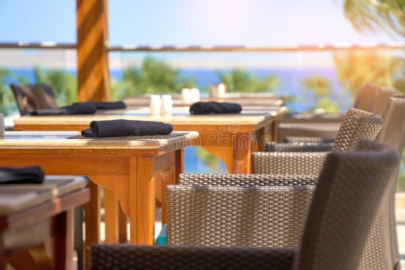 La tavola servita ha messo al caffè del terrazzo dell'estate quando viaggio dentro all'aperto fotografie stock