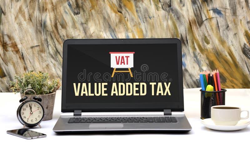 La taxe à la valeur ajoutée de TVA se connectent l'écran d'ordinateur portable image stock