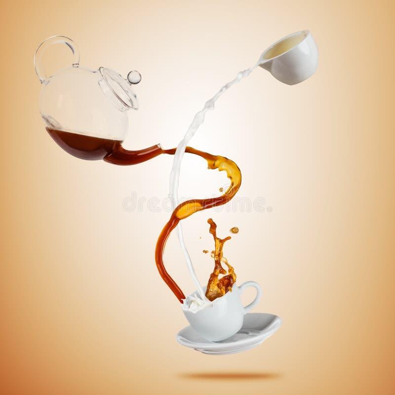 La taza blanca de Porcelaine con salpicar el líquido del café y de la leche se separó en fondo marrón stock de ilustración
